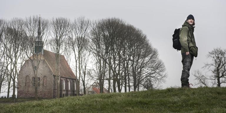Theatermaker Sijas de Groot bij het kerkje van Leegkerk. Foto: Reyer Boxem