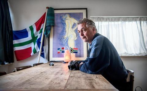 Fotograaf Jan Zeeman aan zijn eigen keukentafel. Foto: Corné Sparidaens