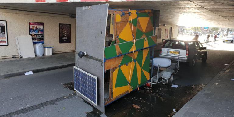 Mobiele wc op aanhanger te hoog voor viaduct: inhoud vloeit over straat