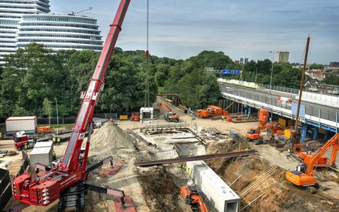 De spoorlijnen naar Assen, Bad Nieuweschans en Veendam zijn deze week van station Europapark gestremd voor werkzaamheden aan de nieuwe zuidelijke ringweg en de Helperzoomtunnel. Schermen voorkomen pottenkijken.