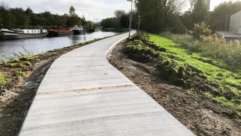 Een nieuw fietspad, maar nog geen Doorfietsroute, langs het Noord-Willemskanaal. Een echte Doorfietsroute is breder (minstens 4 meter), heeft strepen en heeft veilige berm die naast een verkeersweg 6 meter breed is.