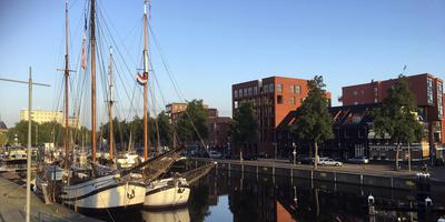 Groningse zusjes in de Oosterhaven: de (grote, maar jongere) Tromp en de Voorwaarts Voorwaarts.