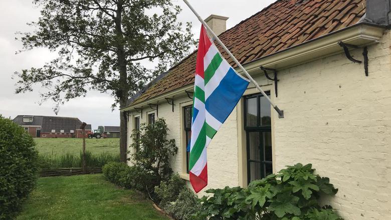 In Westerwijtwerd hing vanochtend de vlag halfstok. Inwoners probeerden zo hun woede over de aardbevingen te uiten. Foto: DvhN