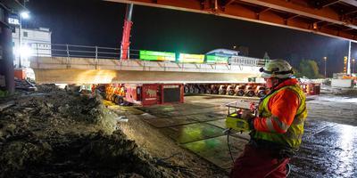 Met een lange rij karretjes werd maandagochtend het spoordek van de toekomstige tunnel in de Paterswoldseweg naar z'n plek gereden. Bij Zuidhorn is dinsdagavond een soortgelijk spektakel. Foto: Prorail