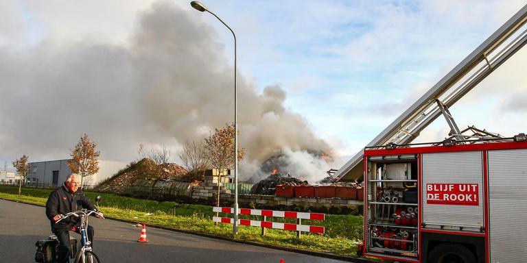 De brand in een berg afval bij recyclingbedrijf Talen in Stadskanaal in november ging gepaard met een enorme rookontwikkeling. Foto: Huisman Media