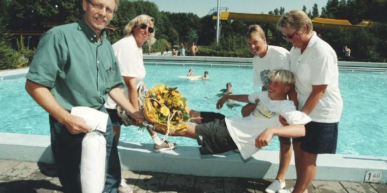 Leonard Noordhof was in augustus 1997 de 50.000ste bezoeker van het zwembad De Blinkerd en werd feestelijk in het water gegooid. FOTO ARCHIEF DVHN