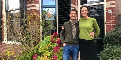 Warffumer Wouter Jan van den Berg met vrouw Evelien voor hun duurzaamste huis van Groningen en misschien straks ook van het land. Eigen Foto