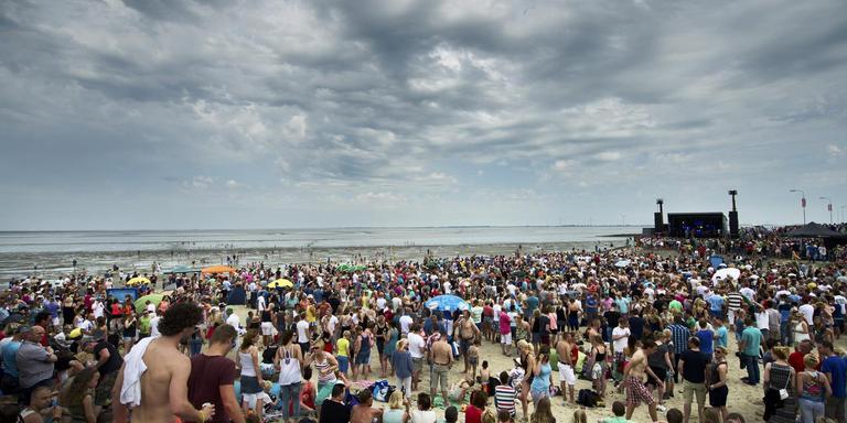 Traditioneel hoogtepunt van de Pinksterfeesten is het dijkfeest: ook dit jaar verwacht de organisatie weer duizenden bezoekers voor Frans Bauer, Kenny B en Denny Christian. FOTO ARCHIEF CORNÉ SPARIDAENS