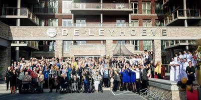 De bewoners en het personeel van De Leyhoeve poseren voor het nieuwe wooncomplex De Leyhoeve, op de middag voor de opening door minister Hugo de Jonge. Foto: Reyer Boxem