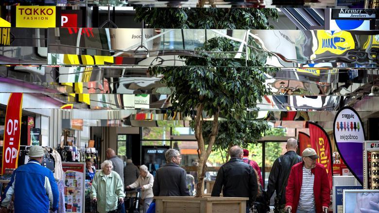In winkelcentrum Paddepoel heerst al jaren een conflict over de openingstijden. Foto: Peter Wassing