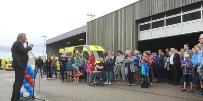 Han Noten, voorzitter van de branchevereniging Ambulancezorg Nederland (AZN), spreekt het personeel toe. Foto DvhN