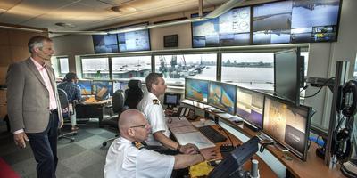 Scheidend havenmeester André Bruijn (links) en zijn opvolger Pieter van der Wal (op de voorgrond) in het scheepverkeerscentrum van Groningen Seaports in Delfzijl. Foto Archief Peter Wassing