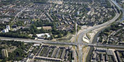 Het Julianaplein in Groningen met van links naar rechts de Weg der Verenigde Naties (Zuidelijke Ringweg/ N7) en van boven naar beneden de A28. Foto: Aerophoto Eelde