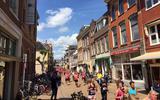 Hardloopsters rennen door binnenstad Groningen voor borstkankeronderzoek