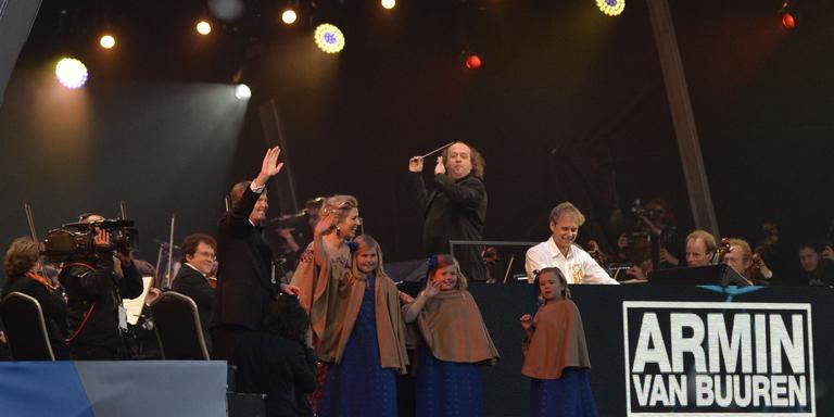 Armin van Buuren en de koninklijke familie samen op het podium tijdens het inhuldingsfeest van Willem-Alexander vijf jaar geleden. Foto: ANP