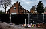Bij de afgebrande woning aan de Lageweg in Wedde liggen bloemen, knuffels, kaarsjes en kaartjes.