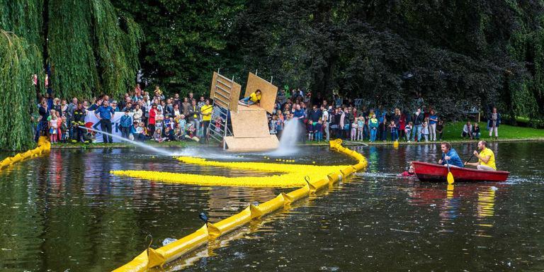 Commentator Arno van der Heyden roeit mee om de race te kunnen volgen. Foto DvhN/Roelof van Dalen