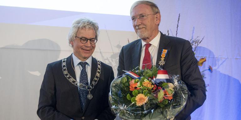 Uit handen van burgemeester van Leeuwarden Ferd Crone krijgt Leendert Klaassen de onderscheiding. FOTO HOGE NOORDEN/JACOB VAN ESSEN