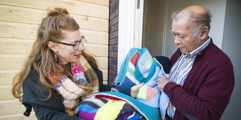 Bewoners van het aardbevingsgebied krijgen van Milieudefensie een deken aangeboden. Eigen foto.