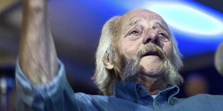Jaap Nienhuis is bekend vanwege zijn consequente gebruik van het Groninger dialect.Foto: Archief DvhN/Corné Sparidaens