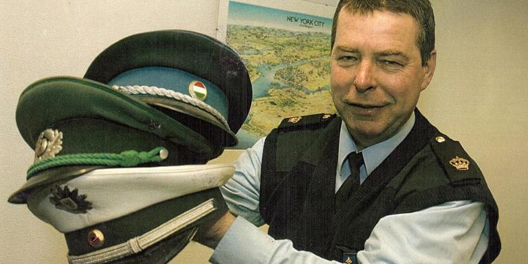 Hilbrand Buurma had een zwak voor de politiepet. Hij verzamelde er 1500 in een eigen Politiepettenmuseum in Slochteren.
