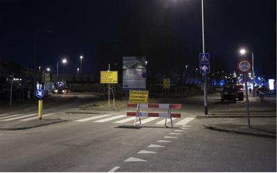 Ook in de nacht van zondag op maandag wordt gewerkt aan het plaatsen van een damwand bij de Brailleweg in Groningen.