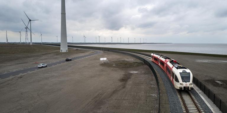 Een Arriva-trein in de Eemshaven op weg naar de veerhaven richting Borkum. Foto: archief Jan Zeeman