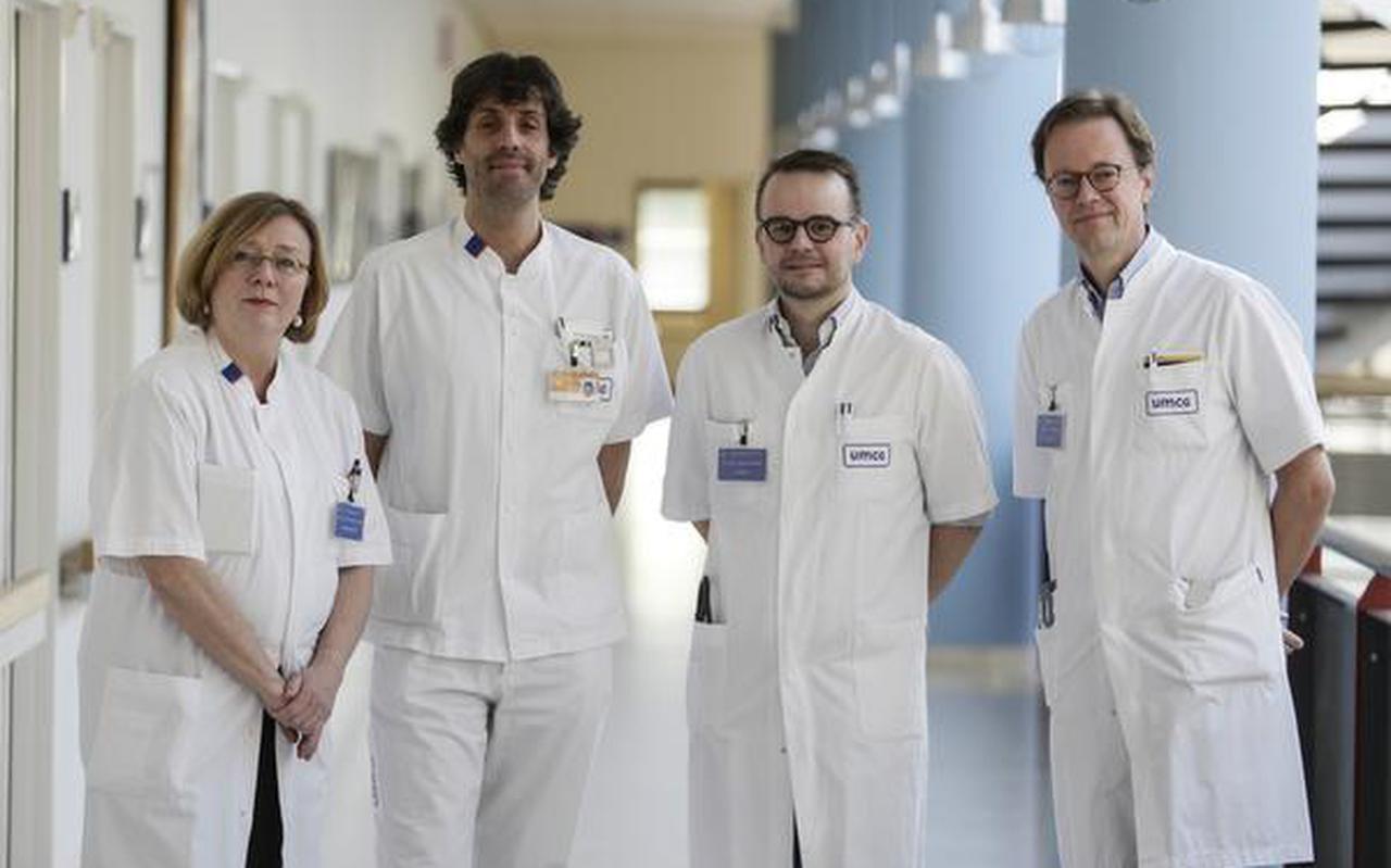 vlnr: prof. de Smet,dr. v. Meurs,dr. vd Horst en prof. Tukker. Intensive care afdeling UMCG Groningen. FOTO JAN WILLEM VAN VLIET