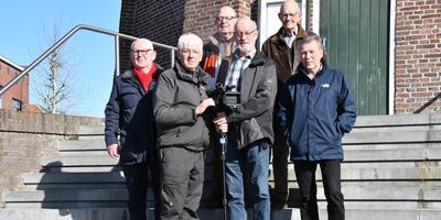 De leden van Videogroep '76 uit Delfzijl zijn blij met de nieuwe film. Foto: Videogroep '76