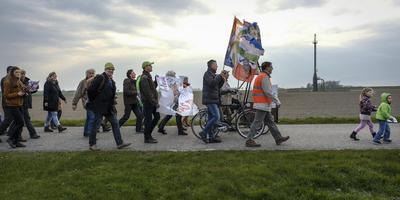 Warffum wil af van de NAM-gaslocatie: in april 2017 liepen honderden inwoners mee in een protestmars, nu richt het dorp zijn pijlen op de nieuwe vergunning voor de gasput. Foto Archief Jan Zeeman