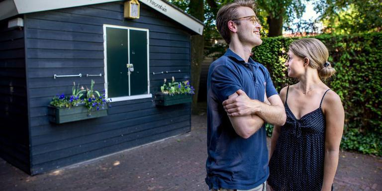 Luuk en Sabine bij het gesloten theehuisje theeschenkerij in Prinsentuin. Foto: Corné Sparidaens