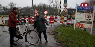 Ada Zwakenberg en buurtgenoot Joris van Haaften bij de toerit naar de verdwenen Paddepoelsterbrug. Foto: DvhN