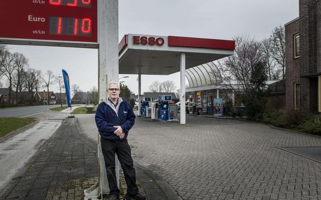 Fred Neumann bij zijn pompstation. FOTO GEERT JOB SEVINK