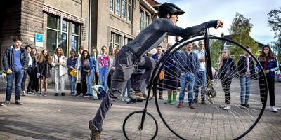 Phil Fertey demonstreert de hoge Bi aan klas 3A van het Monttessori Lyceum in Groningen. Foto Peter Wassing