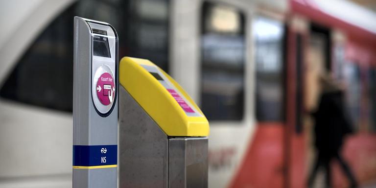 Op het station van Groningen staan twee soorten palen om je OV-chipkaart te activeren, een van NS en een van Arriva. Foto: Archief DvhN/Kees van de Veen
