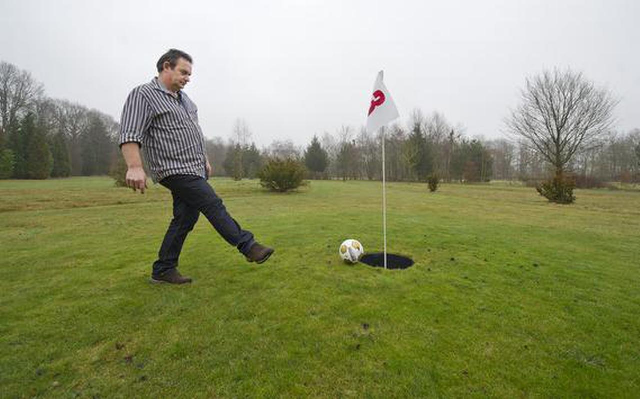 Siep Liewes putt de bal