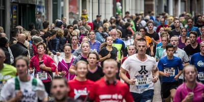 Drukte tijdens de 4 Mijl in de Herestraat. Foto: Archief Siese Veenstra.