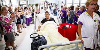 Onder applaus worden Dicky Knapper en verpleegkundige Els Wakker verwelkomd in OZG hospitaal in Scheemda. Foto Huisman Media