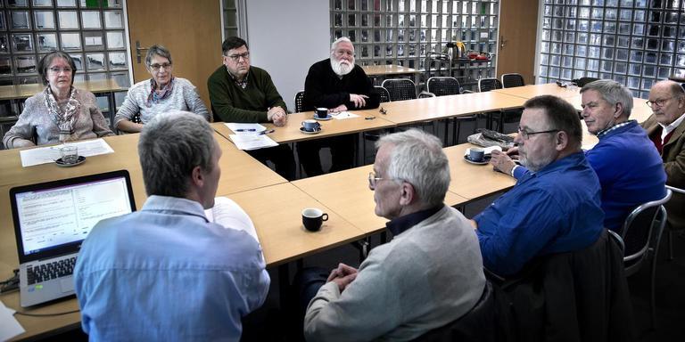 De vrijwilligers van WoordWaark. Ze hebben monnikenwerk voor de digitale versie van het Groninger woordenboek en databank. Foto: Peter Wassing