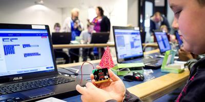 Kinderen leren programmeren. Foto Maik van Teteringen