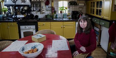 Tineke in de keuken van haar huis. Eigenhandig knapte ze het op, maar na 2012 heeft ze er niets meer aan gedaan. Foto: Jan Zeeman