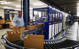 Eric Idema van EDC Retail bij één van de bestaande inpakstraten in zijn bedrijf. De onderneming gaat fors uitbreiden.
