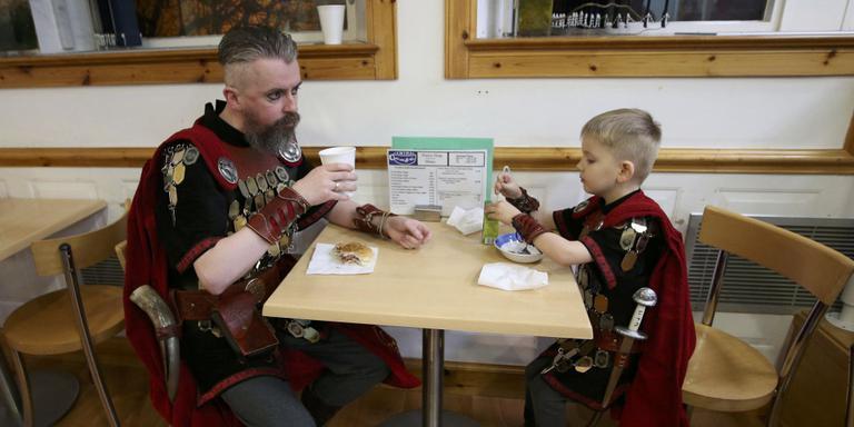 Vikingen aan het ontbijt, vlak voor het begin van het festival. FOTO AFP/ANDY BUCHANAN