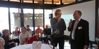 De begintijd van de lokale omroep in Haren: Mark Boumans (destijds burgemeester van Haren) met Ernst Krol (mede-oprichter van Haren FM). Foto: Archief DvhN