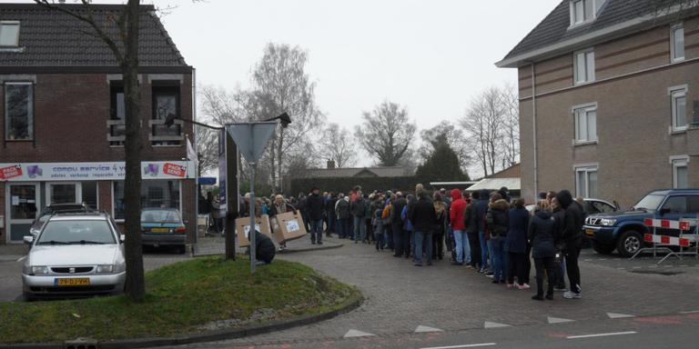 Rijen mensen in Roden vanwege kortingsactie. Foto: Jaap van den Akker