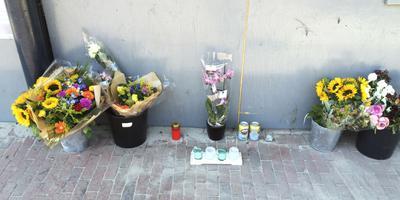 Bloemen in de Groningerstraat voor de overleden Tom de Munter. FOTO ARCHIEF DVHN