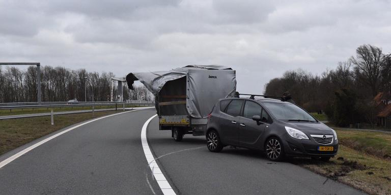 Op de N33 waren twee ongelukken met aanhangers als gevolg van de harde wind. Foto: De Vries Media