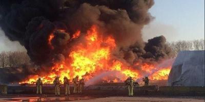 Vlammen in de kunststofopslag van Attero.