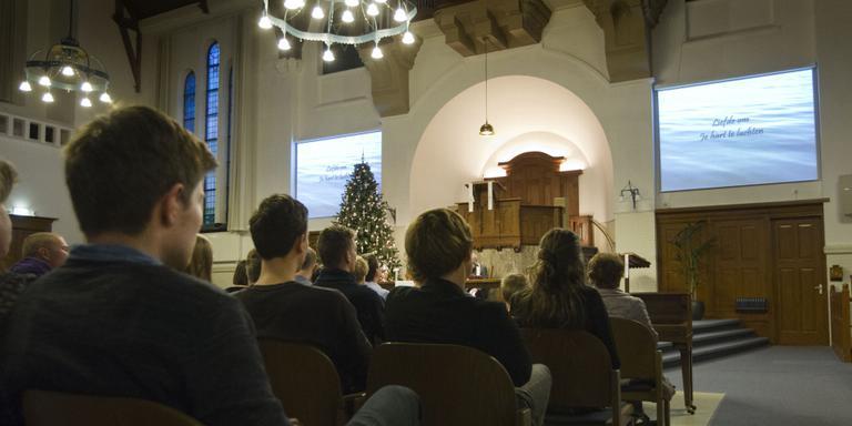 Tientallen belangstellenden gistermiddag in de Grote Kerk in Wildervank voor de Top2000-dienst