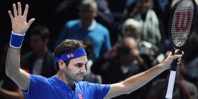 Federer blijft in race na zege op Thiem